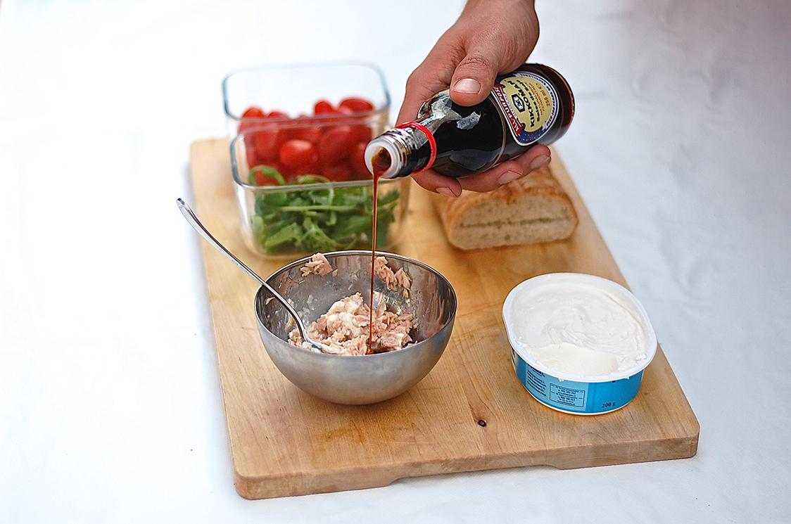 Receta KIKKOMAN Chapata con crema de atún y alcaparras_4